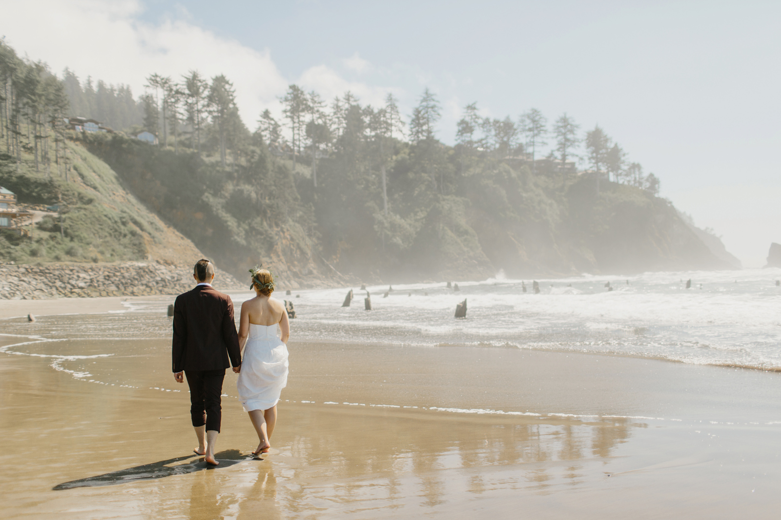 wedding couple on Oregon coast