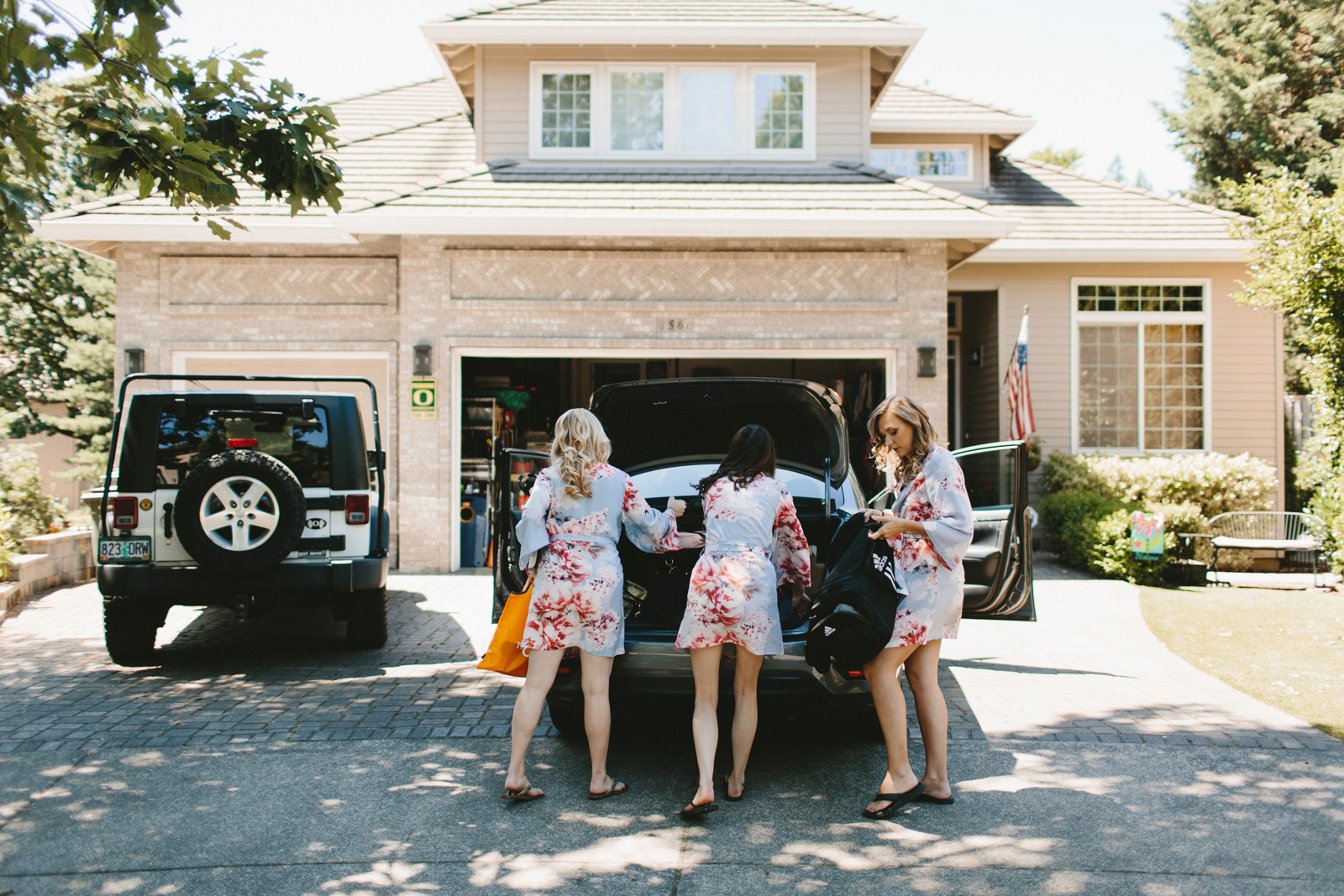 bridesmaids load up the car before wedding